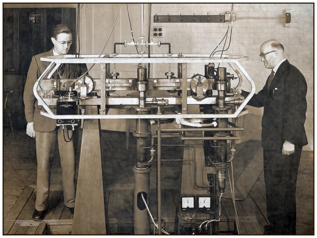 Джек Пэрри и Льюис Эссен с первыми атомными часами, 1955 год